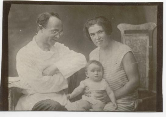 Aron Baron, Fanya Avrutskaya and their daughter Voltairina